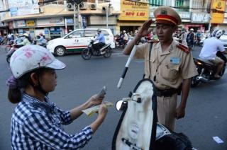 Cảnh sát giao thông có phải chào lái xe say rượu?   Hỏi Đáp